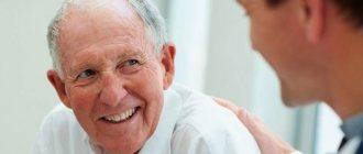 Медик консультирует пожилого мужчину