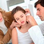 врач осматривает уши